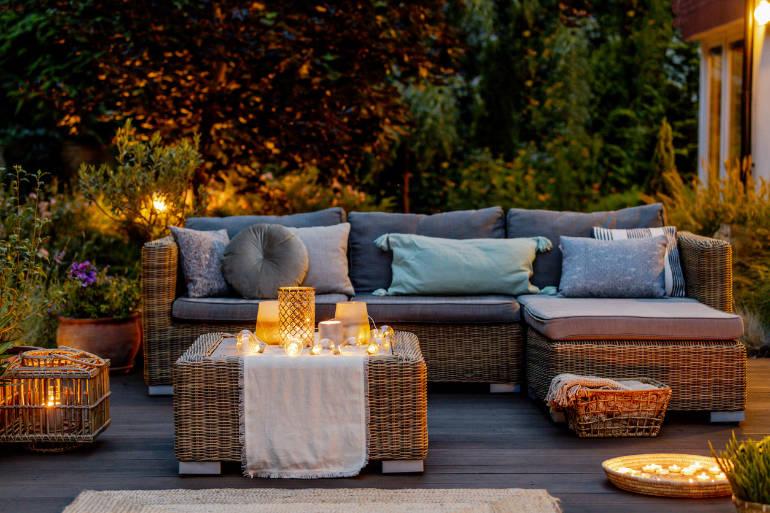 Ambiance salon de jardin le soir