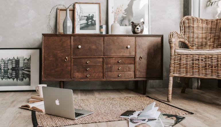 Comment redonner un coup de jeune à un meuble rustique en bois ?